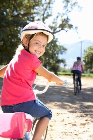 Kleines Mädchen an Land Fahrradtour mit Mama Standard-Bild