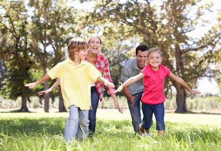 papa y mama: Los padres jugar con los ni�os en el pa�s