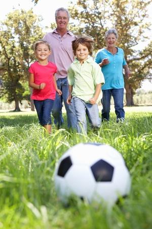 abuelos: Los abuelos jugando al fútbol con grandchilderen