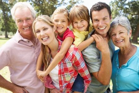 abuelos: Retrato al aire libre de la familia de varias generaciones