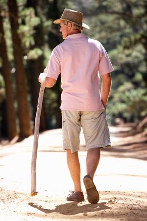 ancianos caminando: Hombre mayor de paseo por el campo