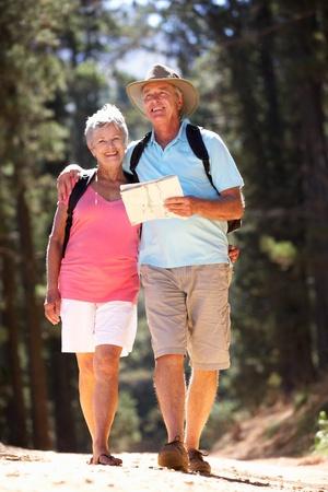 jubilados: Matrimonios de edad en la lectura de mapas paseo por el campo Foto de archivo