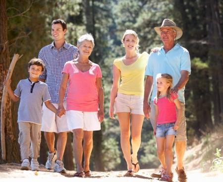 3 familles de g�n�ration sur la promenade � la campagne Banque d'images - 11238487