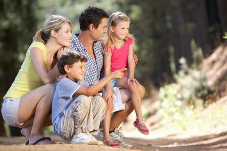 Familia de paseo por el campo