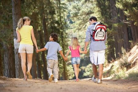 ni�os caminando: Familia de paseo por el campo