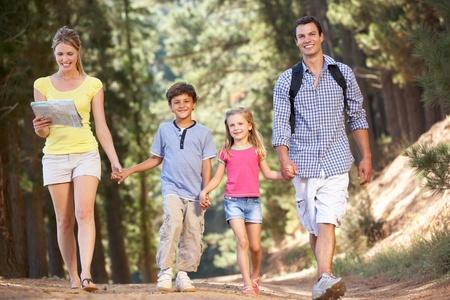 田舎道を散歩を家族