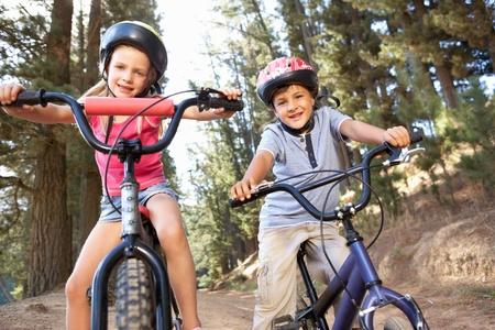 niños en bicicleta: Los niños pequeños en bicicleta en el país