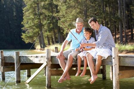 hombre pescando: Padre, hijo y nieto a pescar juntos Foto de archivo