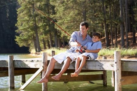 gevangen: Vader en zoon vissen samen Stockfoto