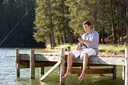 hombre pescando: Pesca del hombre joven