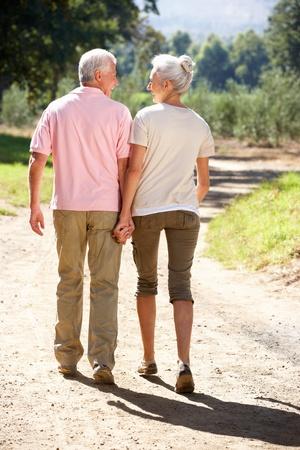 senioren wandelen: Senior paar op landelijke wandeling