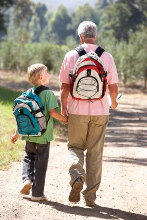 senioren wandelen: Senior man en kleinzoon op land lopen Stockfoto