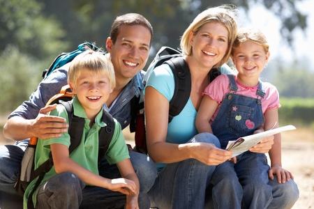 campagna: Giovane famiglia in piedi Paese