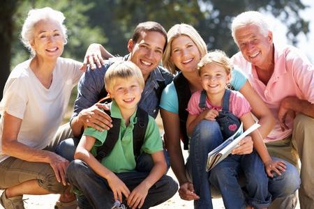 abuelos: Tres generaciones de la familia de paseo por el campo Foto de archivo