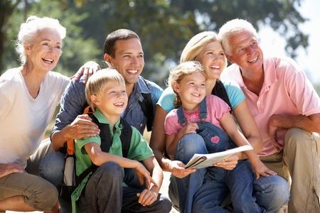 田舎の散歩に 3 世代家族