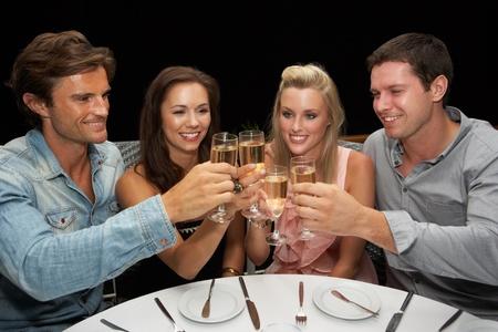 socializando: Dos parejas de j�venes en el restaurante