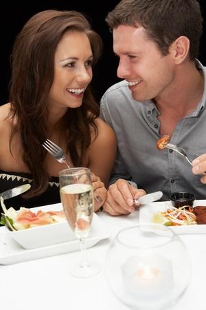 pareja comiendo: Pareja joven en el restaurante Foto de archivo