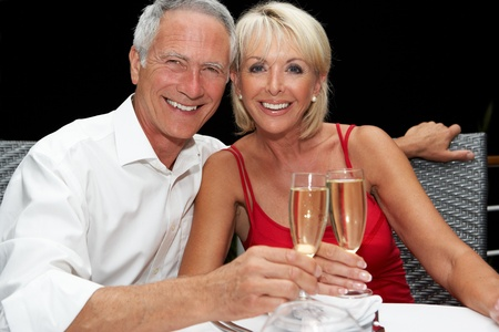 socializando: Senior pareja en el restaurante Foto de archivo