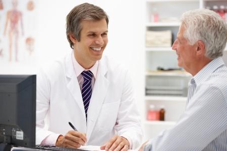 recetas medicas: Doctor con el paciente mayor