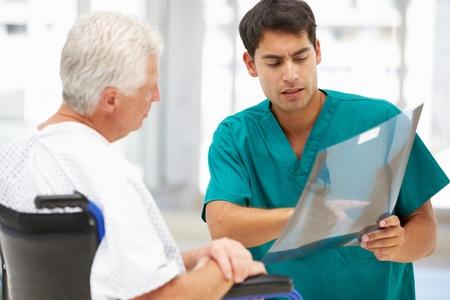 doctor verpleegster: Senior patiënt met jonge dokter