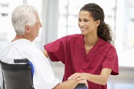 enfermera con paciente: Paciente mayor con el joven médico