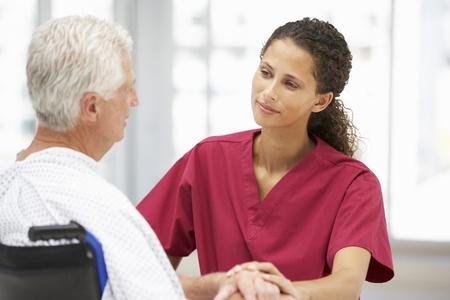 enfermera con paciente: Paciente mayor con el joven m�dico