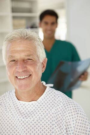 paciente: Joven m�dico con paciente mayor