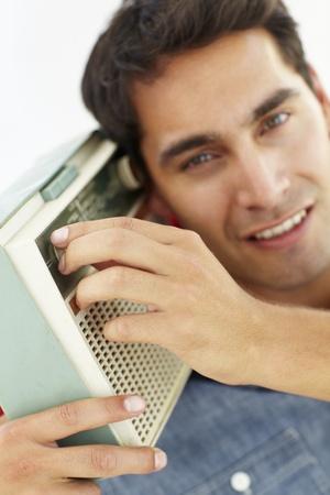 transistor: Hombre joven que escucha la radio Foto de archivo