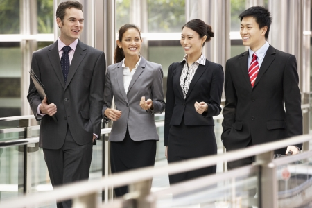 čtyři lidé: Čtyři obchodní kolegové mají Diskuze Zatímco venku se úřadu