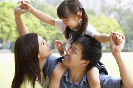 ni�as chinas: Familia china Dar Ride Hija En Hombros En El Parque