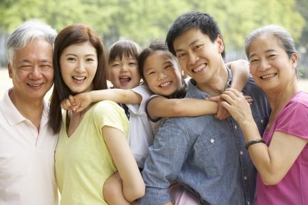 Portrait de Famille multi-générations chinois détente dans le parc Ensemble