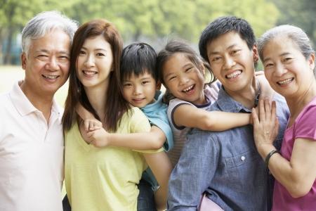 ni�as chinas: Retrato De Familia multi-generacional chino Relaja En Parque Junto