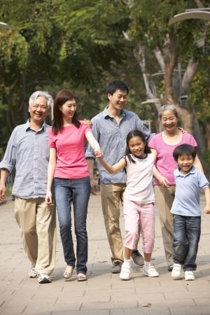 senioren wandelen: Portret Van meerdere generaties Chinese Familie Walking In Park Samen