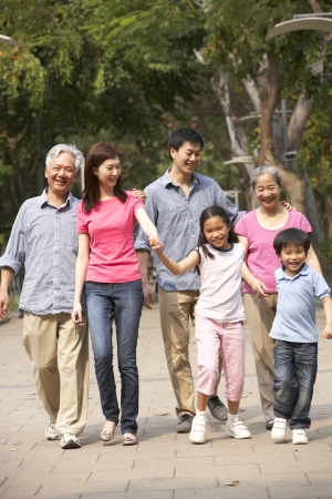 caminando: Retrato De Familia multi-generacional chino Caminar Juntos En El Parque