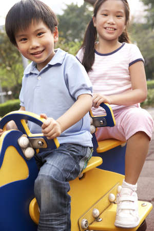 bambini cinesi: Due bambini cinesi giocano nel parco giochi