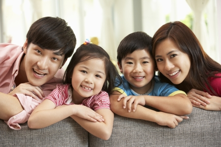 ni�as chinas: Familia china sentarse y relajarse en el sof� juntos en casa