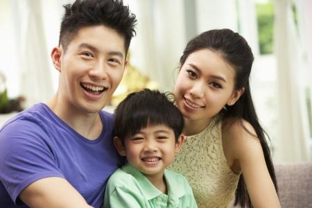 niños chinos: Familia china sentarse y relajarse en el sofá juntos en casa