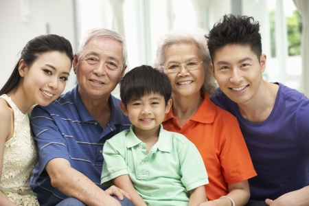 ni�os chinos: Retrato De Familia multi-generacional chino descansando en su casa, junto