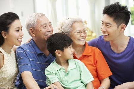 Portrait de Famille multi-générations chinois relaxant à la maison ensemble