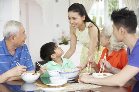 hombre comiendo: Retrato De Familia multi-generacional chino comer comida juntos