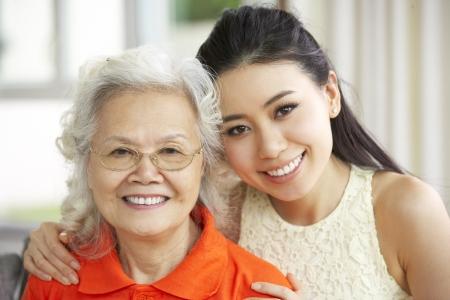niños platicando: Retrato de la madre con la hija china de adultos descansando en su casa