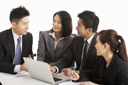 closing business: Foto de estudio de empresarios chinos que hab�an Reuni�n
