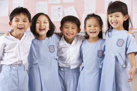 bambini cinesi: Ritratto Di Studenti a scuola in classe cinese