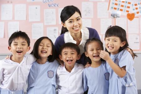 profesor alumno: Portait de profesor y alumnos en el aula de la escuela china