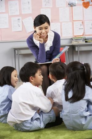 maestra ense�ando: Maestro de Lectura Para Estudiantes De Escuela Aula chino Foto de archivo