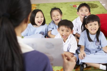 niños estudiando: Profesor Pintura Mostrando a los alumnos de Aula Escuela China