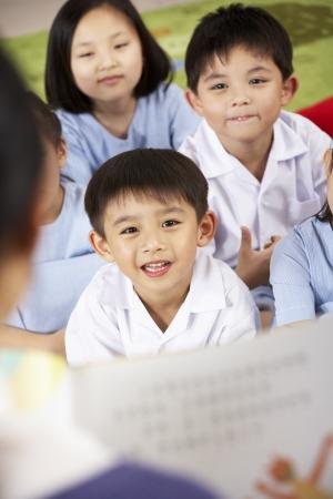 niños chinos: Maestro de Lectura Para Estudiantes De Escuela Aula chino Foto de archivo