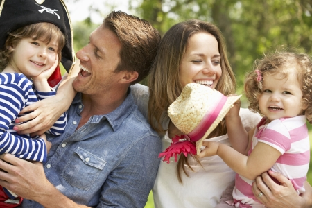 niños vistiendose: Los padres que juega al juego emocionante aventura con los niños en el campo de verano