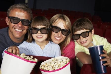 家族で映画館で 3 D 映画を見て