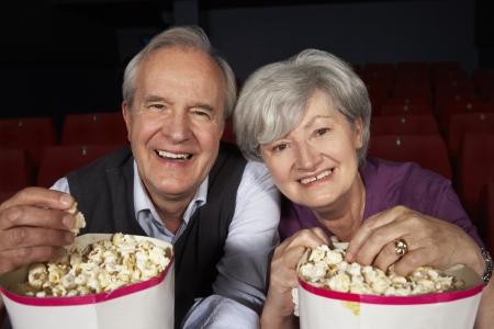 camara de cine: Pareja mayor observaci�n de la pel�cula en el cine